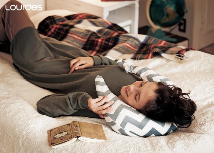 暖暖又軟軟的弧形溫熱揉捏肩頸按摩枕,陪伴你度過冬日的寒冷,保暖肩頸更好入眠