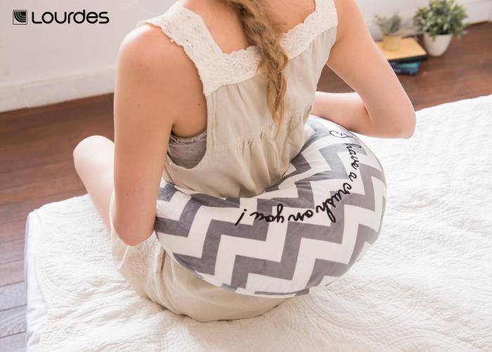 弧形揉捏肩頸按摩枕,可單獨使用溫熱功能,熱敷腰部、腹部,柔軟的材質,是女孩經痛、生理痛的好夥伴